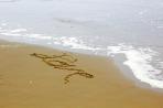 love-love-writing-at-beach_f14iiytd